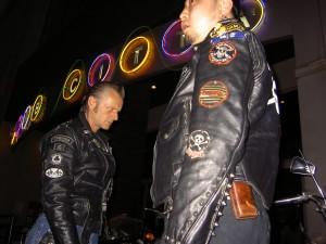 バイクを見つめるマーク
